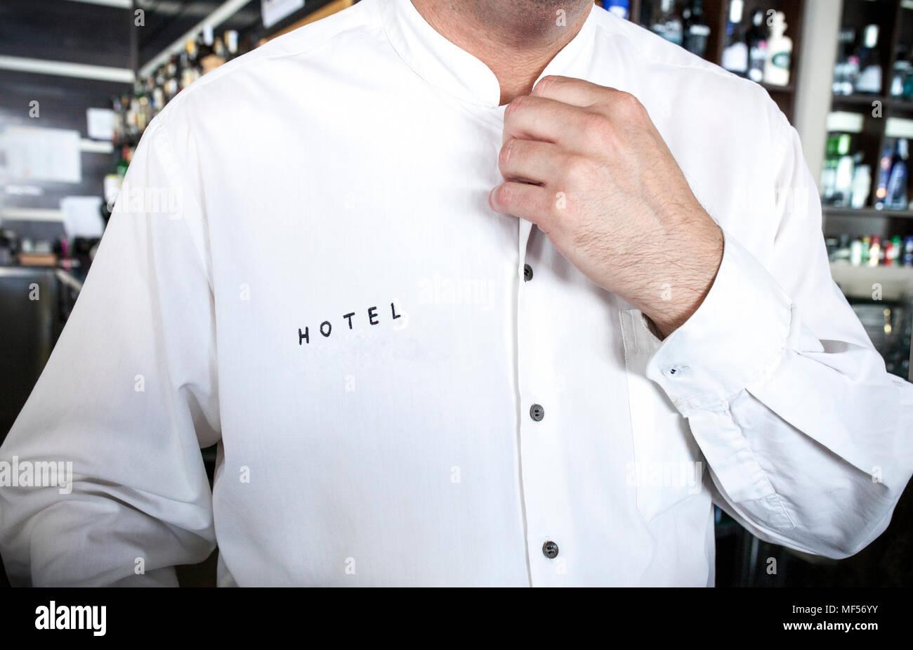 Hotel Barkeeper mit makellos weißen Hemd. Aufmerksamer Service Konzept Stockbild