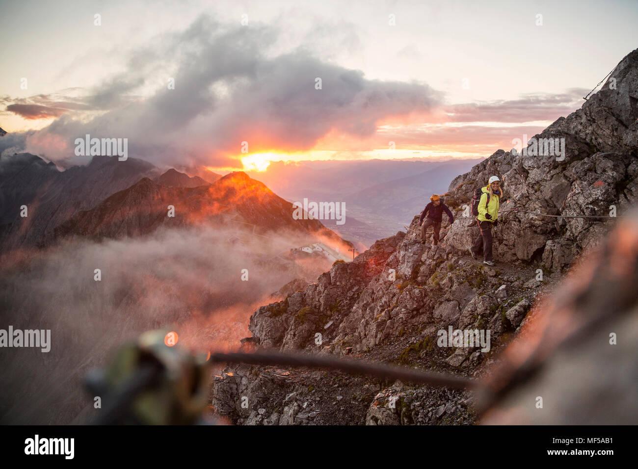 Klettersteig Innsbruck : Österreich tirol innsbruck bergsteiger auf der nordkette