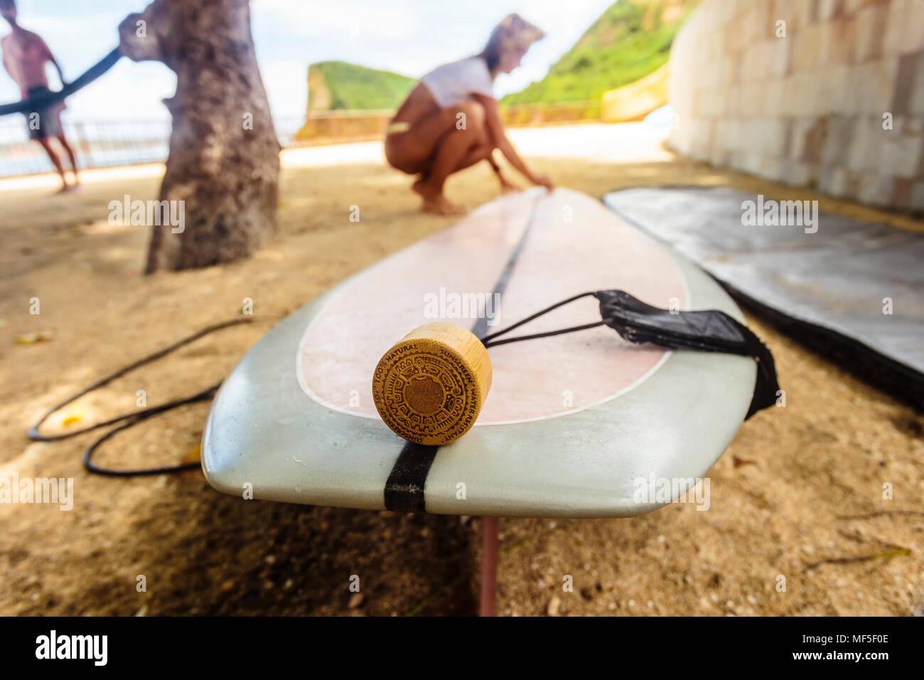Indonesien, Lombok, Surfbrett und Sonnencreme Stockfoto