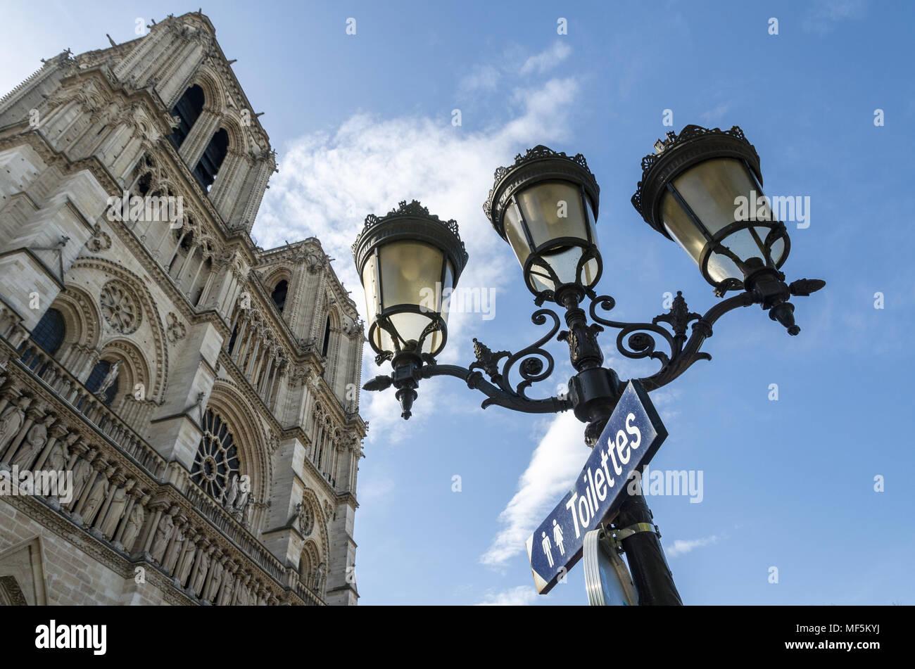 Low Angle View der Kathedrale Notre Dame gegen den Himmel in Paris Stockfoto
