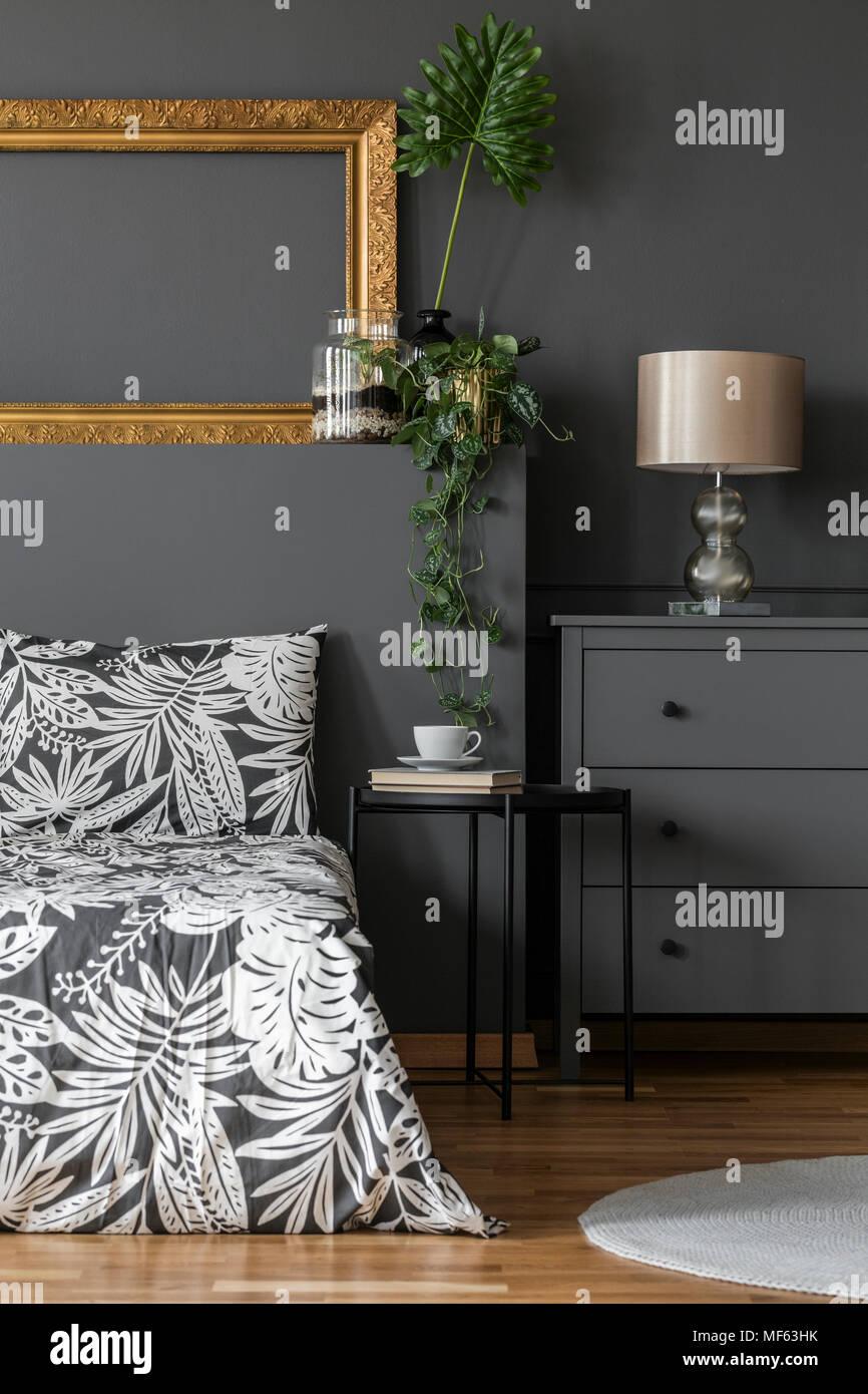 Gold Lampe Auf Grau Schaltschrank In Floralen Schlafzimmer Innenraum Mit Mockup Von Leeren Rahmen Stockfotografie Alamy