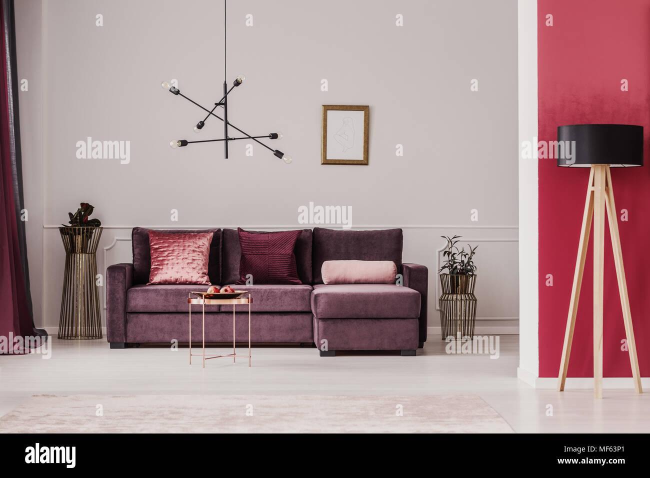 Holz- Leuchte gegen rote Wand in anspruchsvollen Wohnzimmer ...