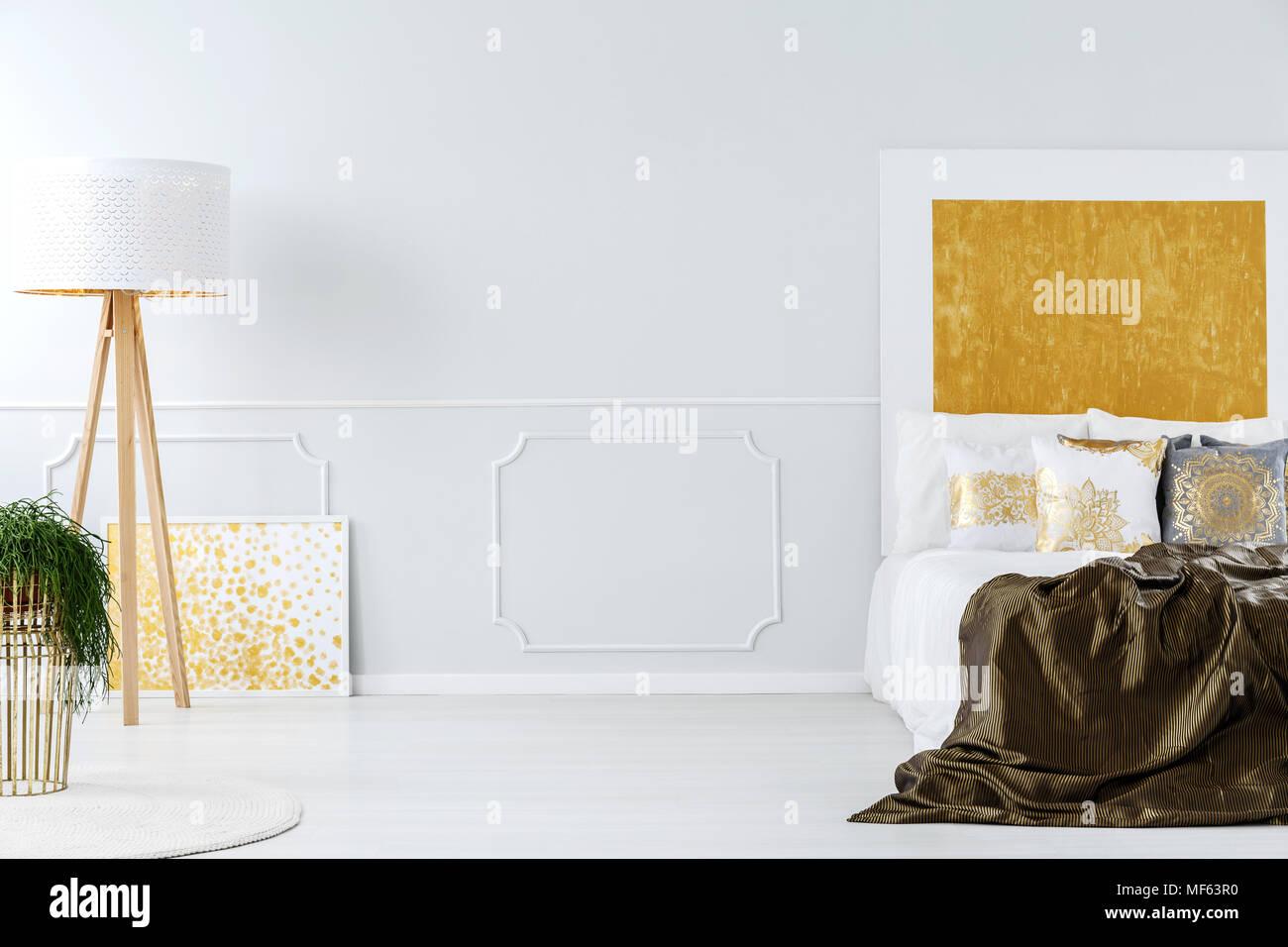 Luxuriöse weiße und Goldene minimalistischen Schlafzimmer ...