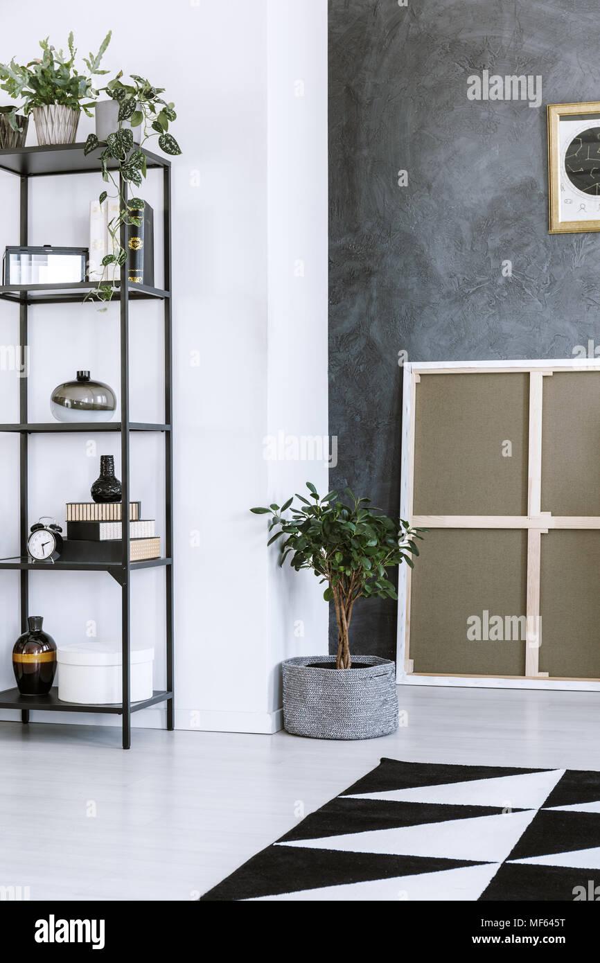 Schwarz Metall Regal Mit Dekorationen Kleiner Baum Und Graue Wand Im Wohnzimmer Innenraum Stockfotografie Alamy