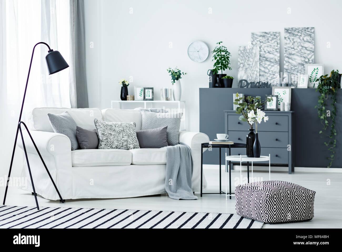 Nordic Helles Wohnzimmer Einrichtung Mit Weißen Couch, Frische Pflanzen Und  Black Metal Lampe