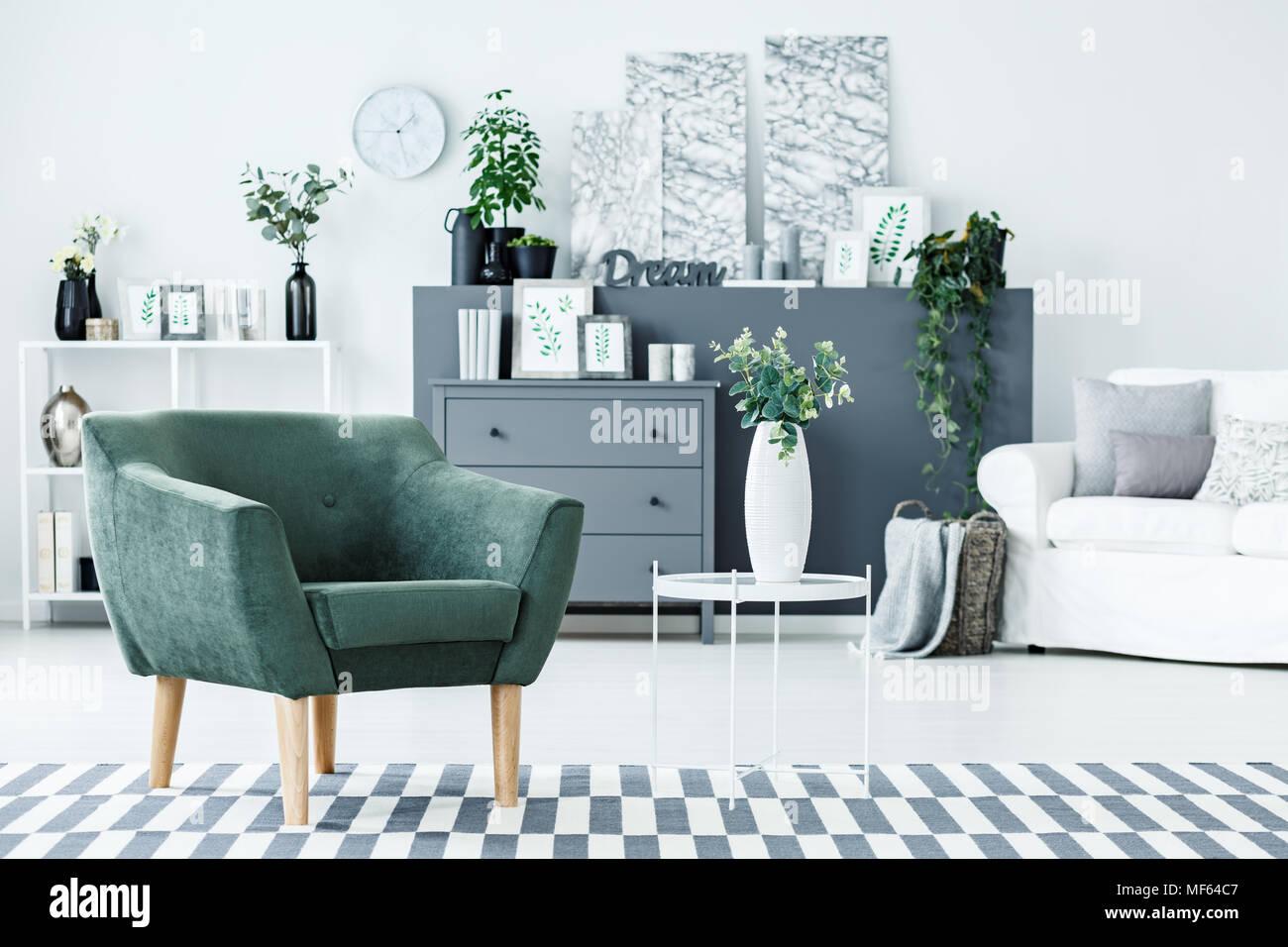 Grüne Sessel stehend auf dem Teppich im hellen Wohnzimmer Interieur ...