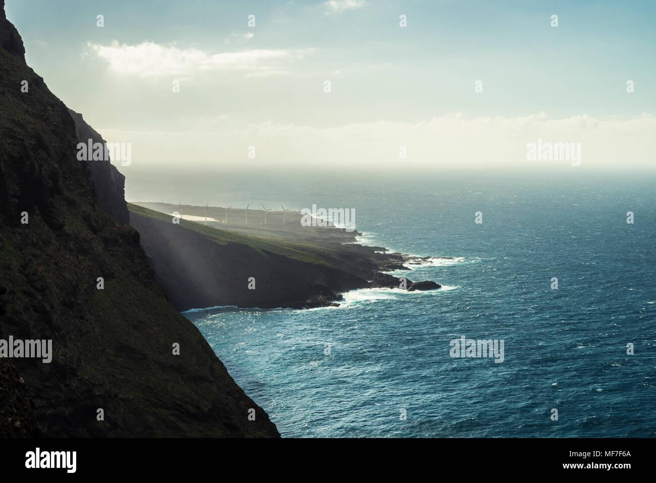 Spanien, Kanarische Inseln, Teneriffa, Punta de Teno, Windenergieanlagen an der Küste Stockbild