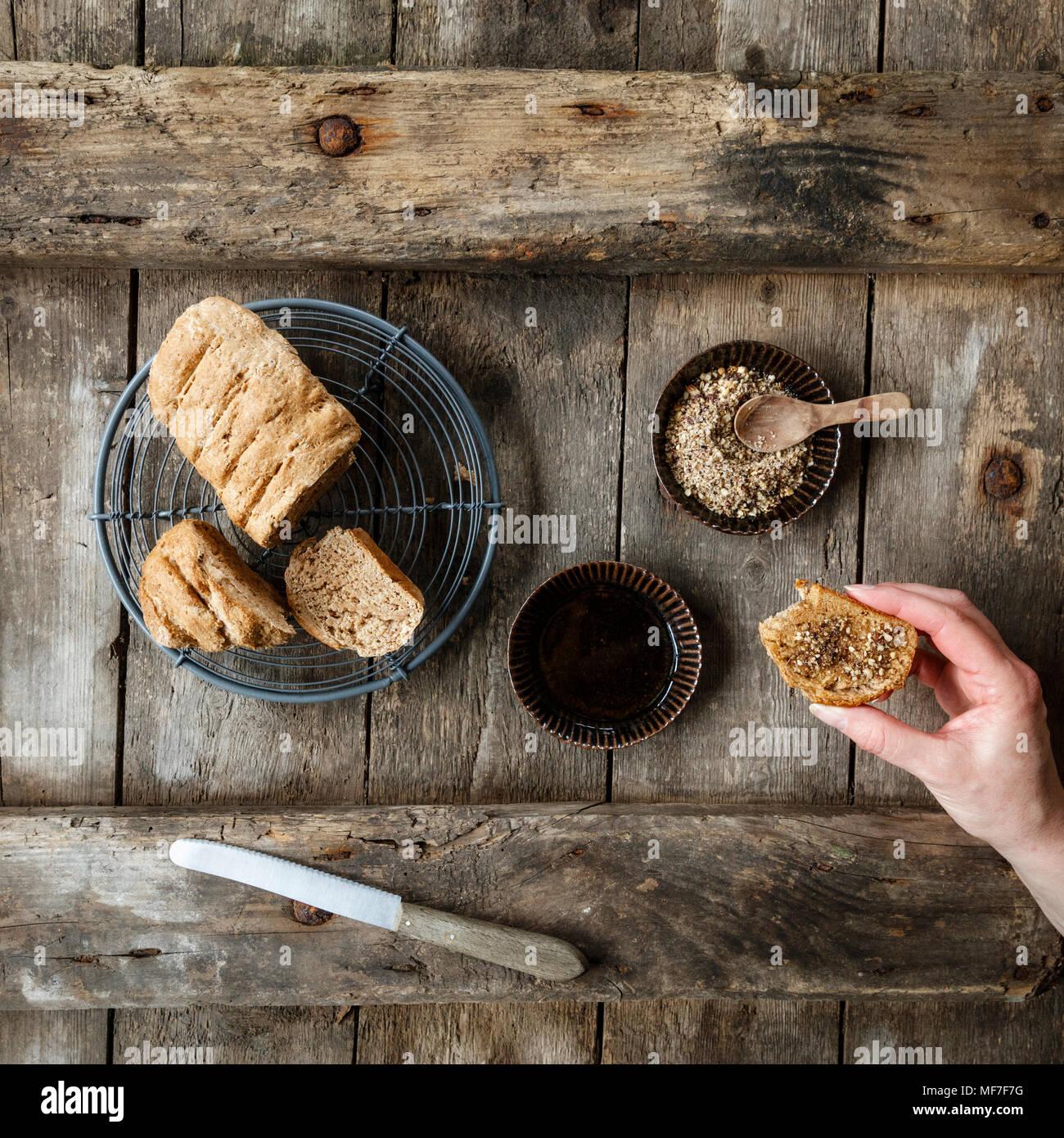 Traditionell ägyptische Mutter dukkah Spice Blend mit Brot und Olivenöl Stockbild