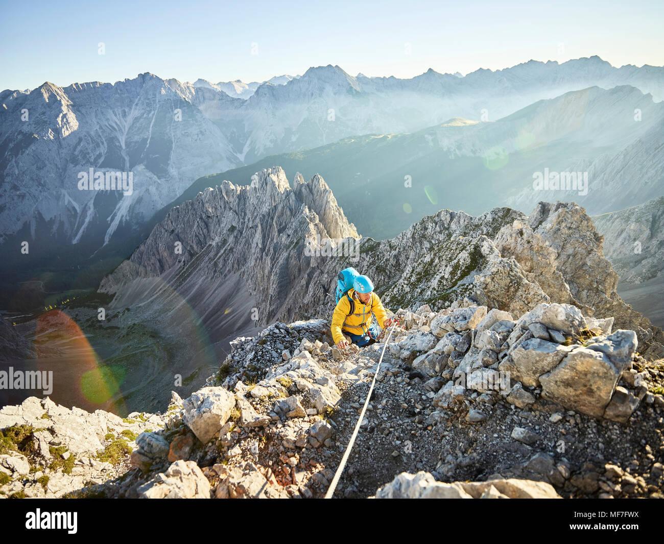 Klettersteig Innsbruck Umgebung : Österreich tirol innsbruck bergsteiger auf der nordkette