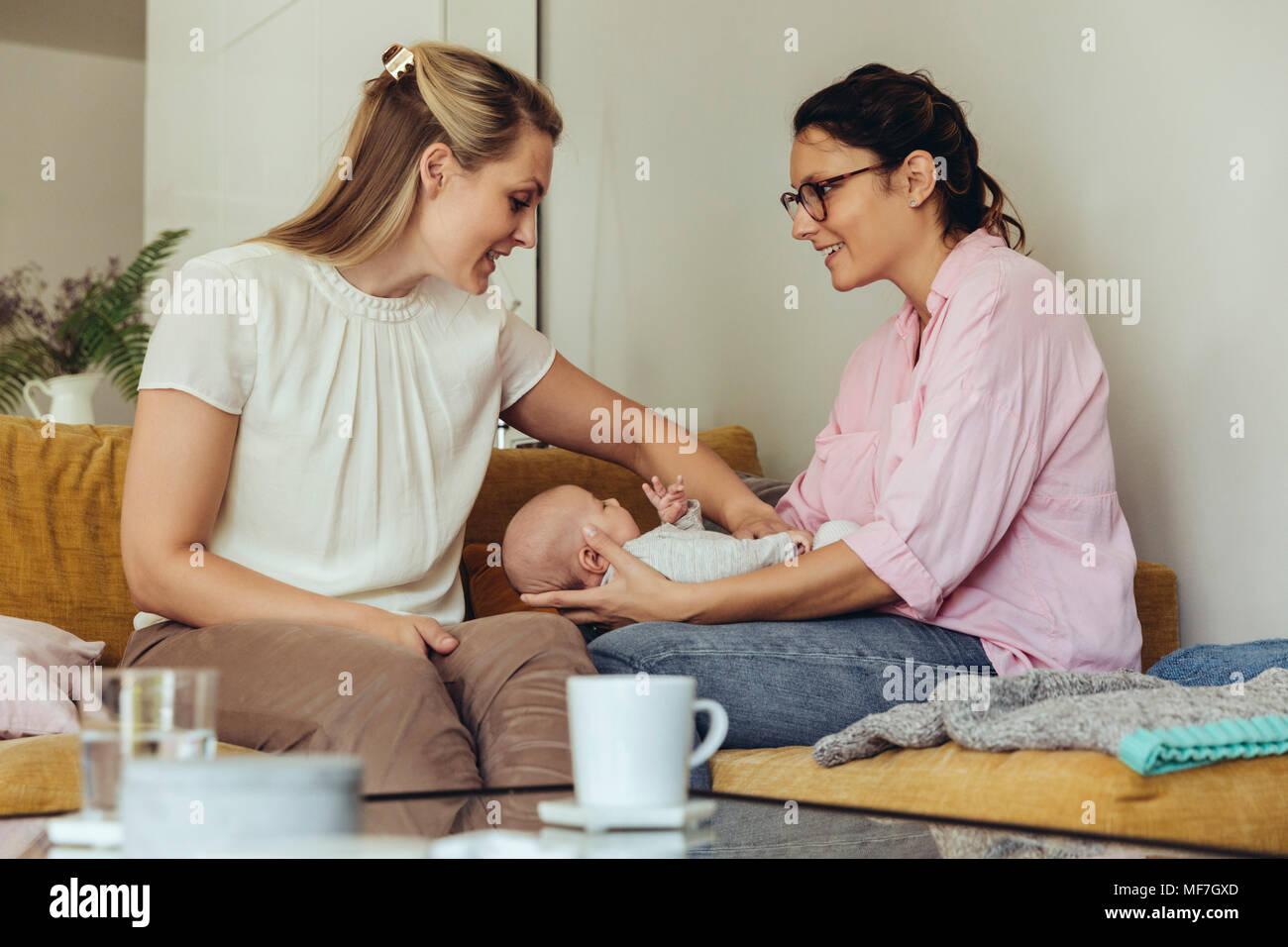 Hebamme Und Mutter Neugeborenes Baby Geben Einen Bauch Massage Mit