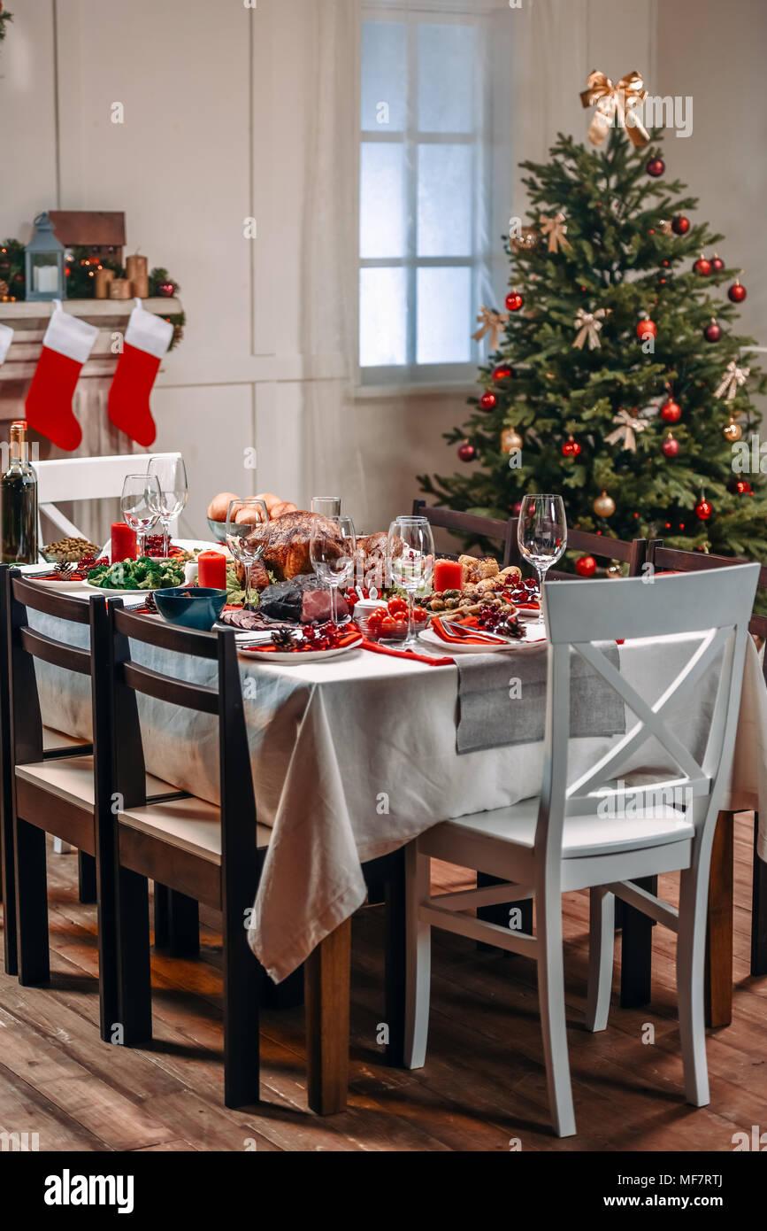 Tabelle für Weihnachten Abendessen serviert. Stockbild