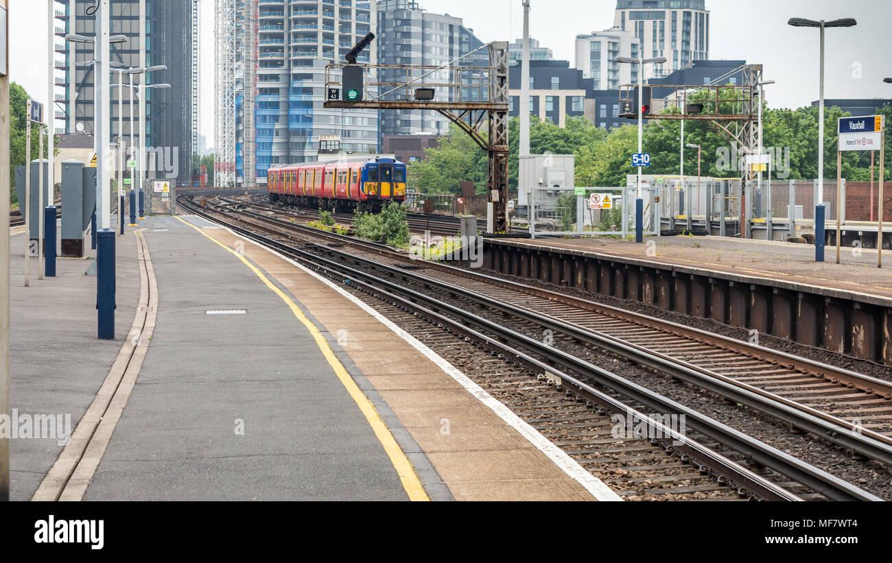 Vauxhall, London, Großbritannien, 28. Mai 2016: Blick auf den Bahnhof Vauxhall mit einem Zug von der Plattform in London, England, Vereinigtes K Stockbild