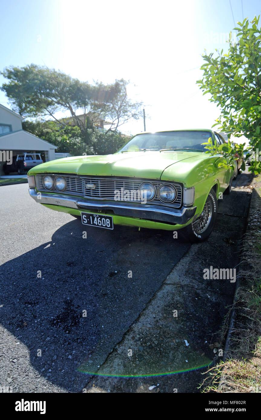 Retro grün Auto auf der Straße in Mermaid Beach Australien Stockbild