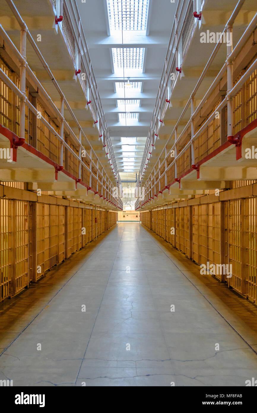 Auf der Suche der Mittelgang der Gefängniszellen im Alcatraz Stockfoto