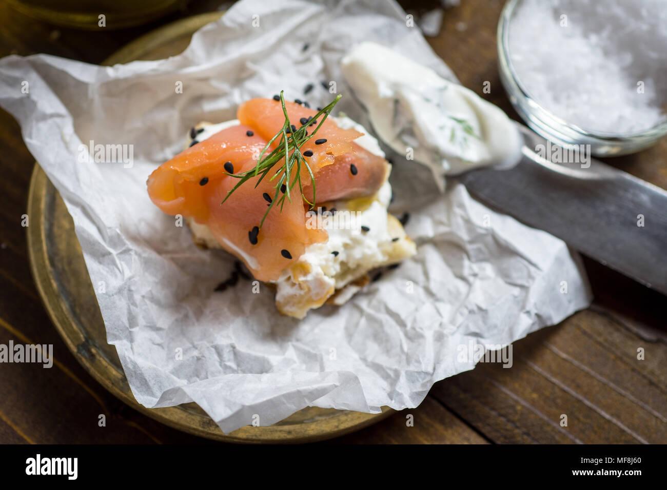 Geräucherter Lachs Canape mit Frischkäse, frischer Dill und schwarzem Sesam. Finger Food. Stockbild