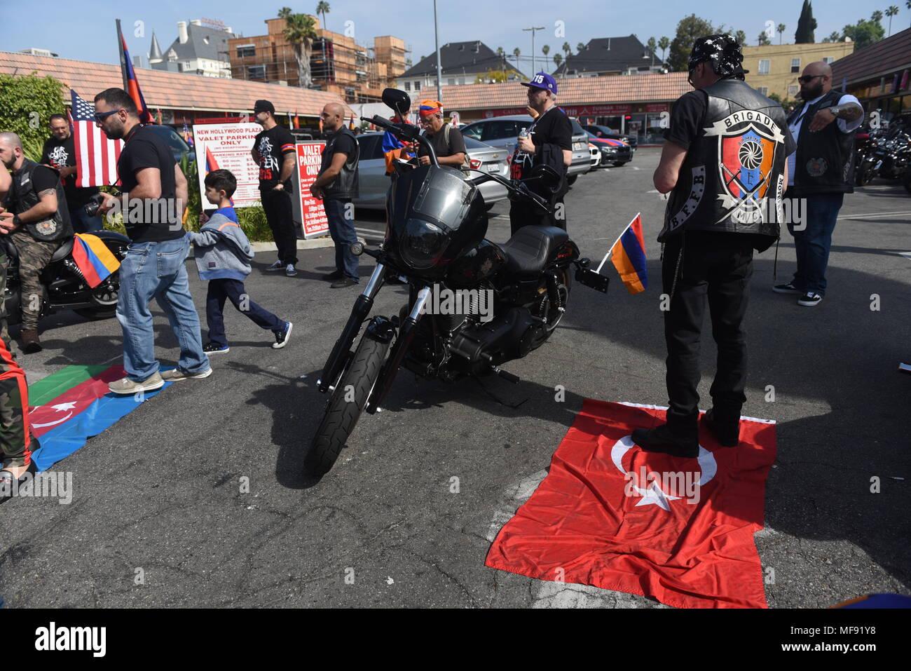 Los Angeles Usa April 24 2018 Los Angeles Teilnehmer Treten Auf Die Flaggen Der Turkei Und