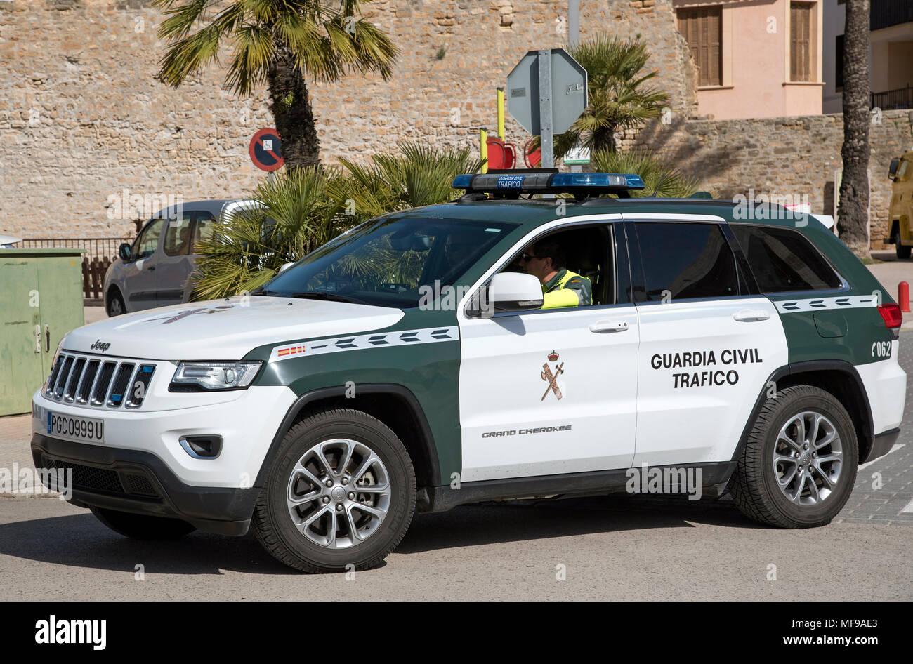 Alcudia, Mallorca, Spanien. 2018. Verkehrspolizisten in einer grünen und weißen guadia Verkehr Polizei Auto Stockbild