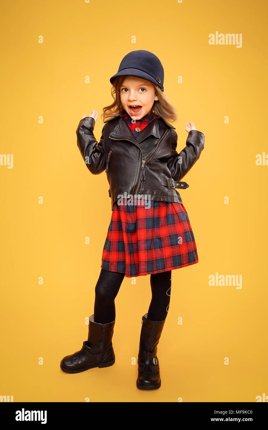 Trendy Coole Mädchen Auf Orange Stockfoto Bild 181536320 Alamy