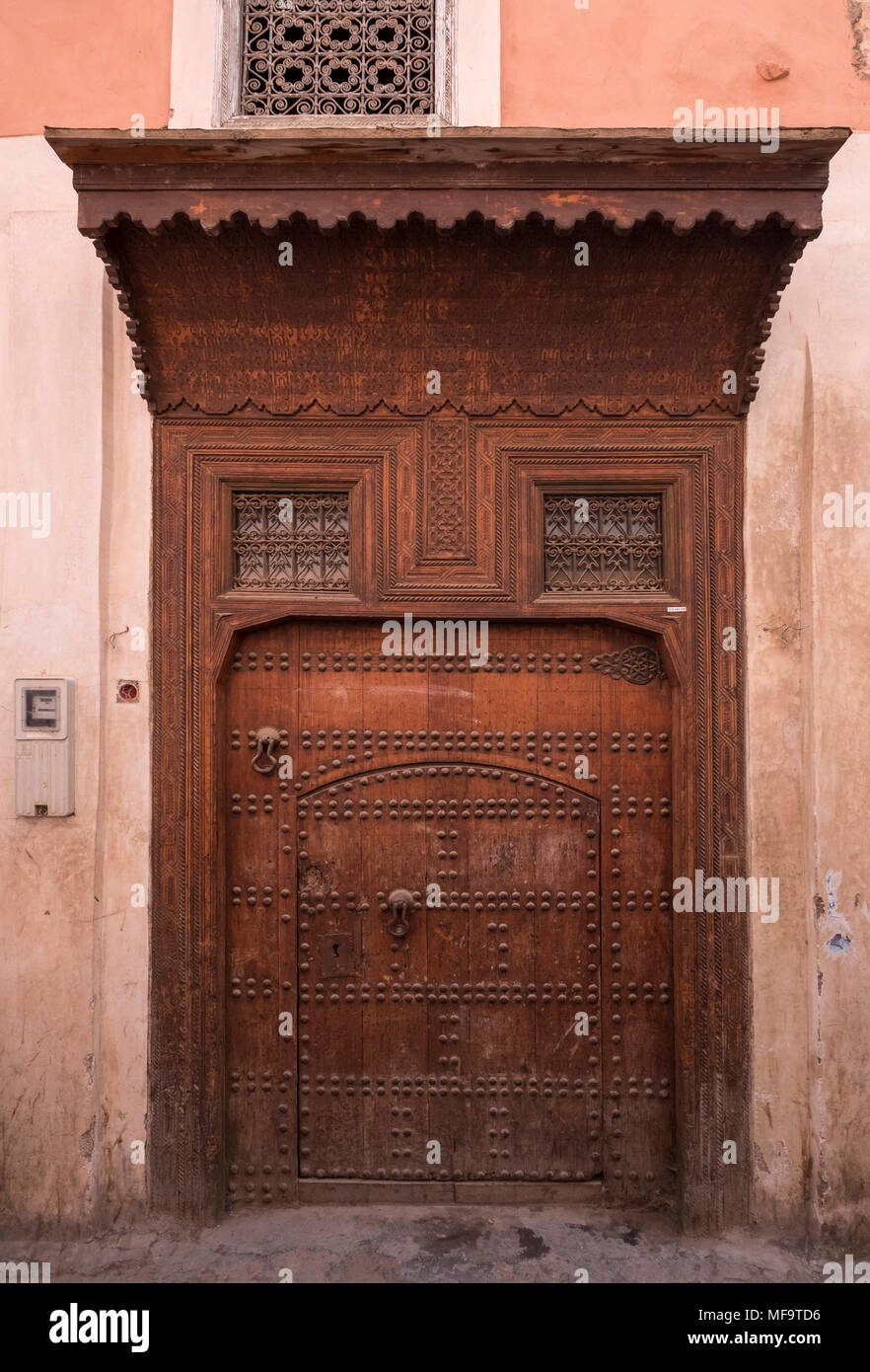 Typische Riad Eingang Eingang in die Gassen von Marrakech, Marrakesch, Marokko Stockbild