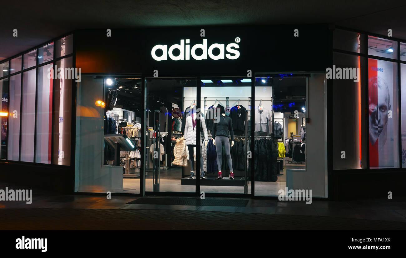 Adidas Shop in der Nacht in der Stadt. Stockfoto