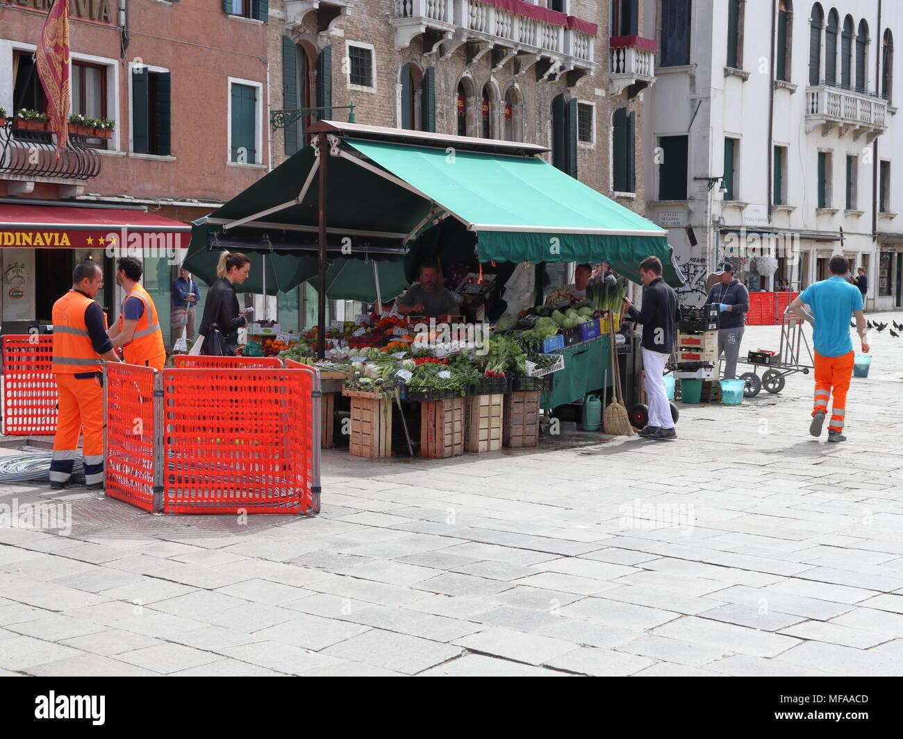 Das alltägliche Leben in Venedig, Markt mit Gemüse, Bauarbeiter, Italien, Europa Stockbild