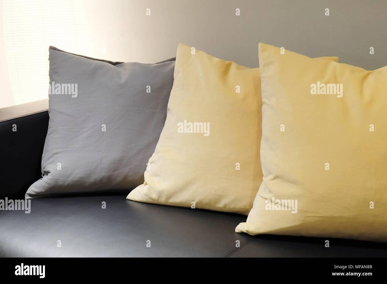 Schöne moderne Leder gemütliche Sofa mit grauen und gelben Kissen in ...