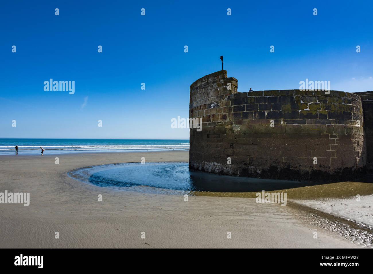 Editorial: Unbekannte Mitglieder der Öffentlichkeit und der potentiellen Logos. Charlestown Harbour, St Austell, Cornwall, Großbritannien. Charlestown Hafen als die Springfluten b Stockbild