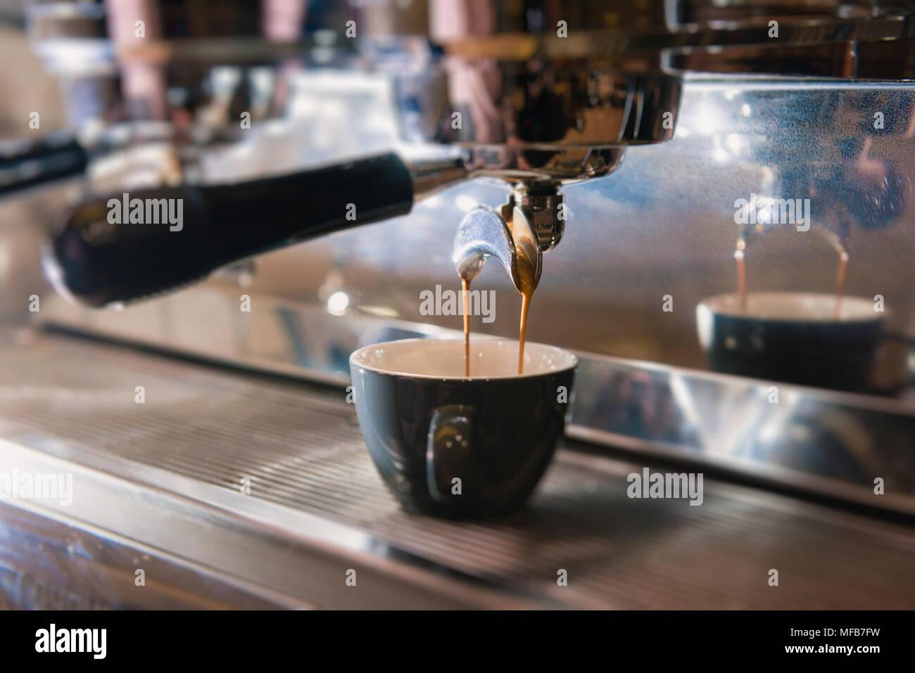 Halter und Hebel für Kaffee Getränke hautnah. Kaffee Schütte von der ...