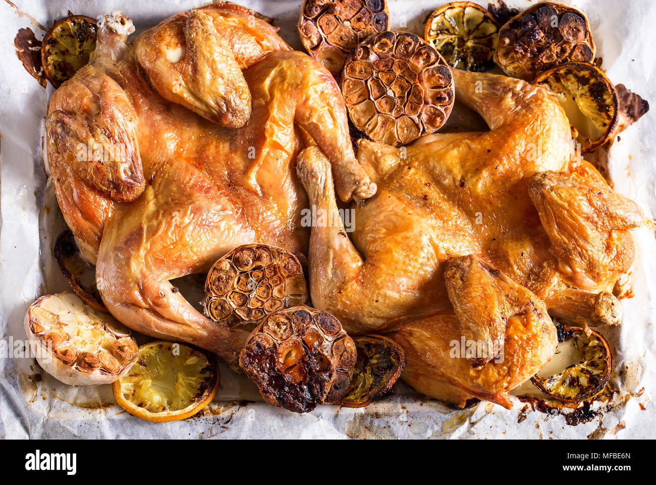 Aus Flattaned gerösteten goldenen Huhn mit Zitrone und Knoblauch. Ansicht von oben. Stockbild