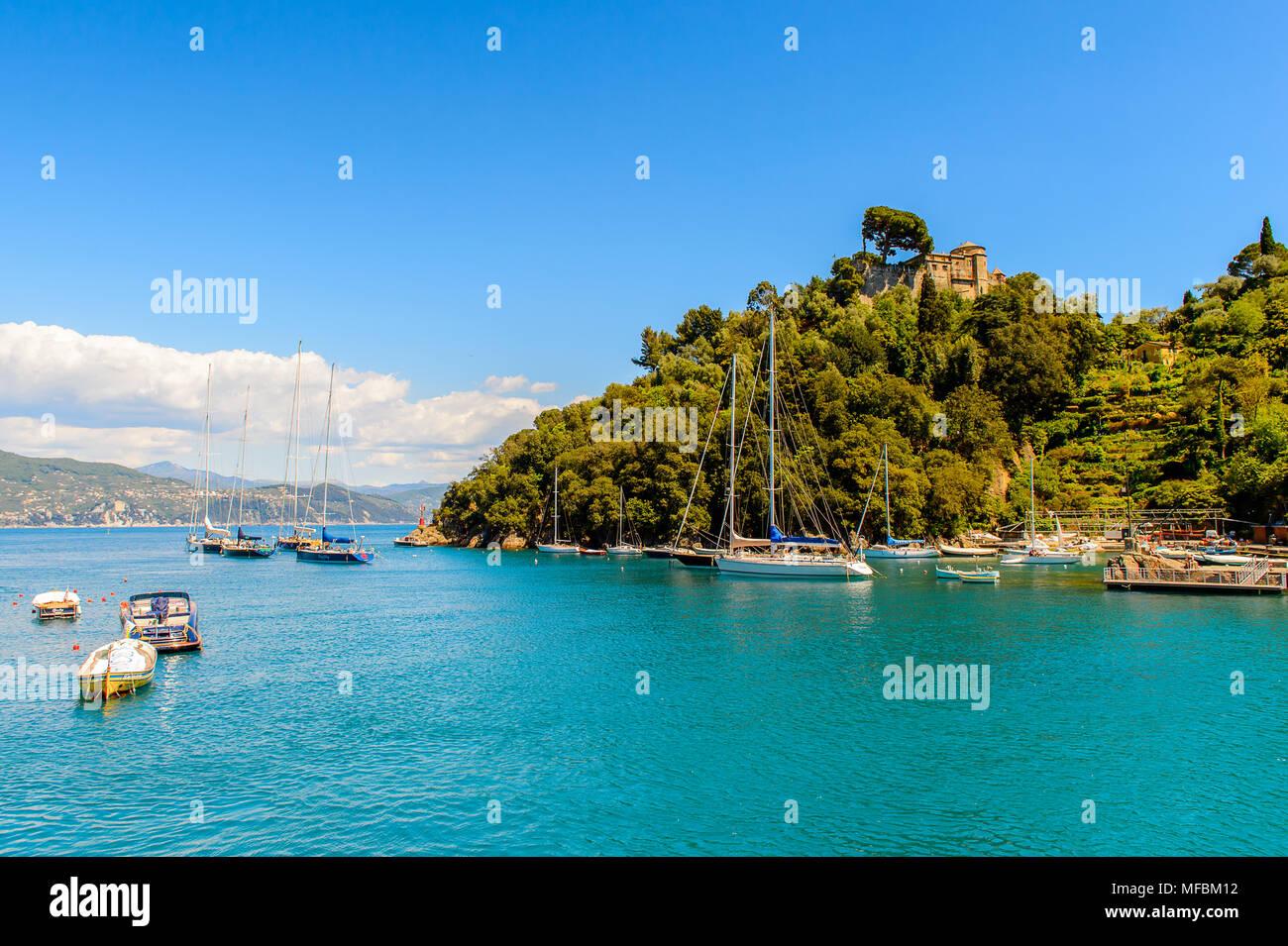 Hafen von Portofino, ist ein Italienisches Fischerdorf, Provinz Genua, Italien. Ferien Resort mit einem malerischen Hafen und mit Prominenten und Künstler Stockbild