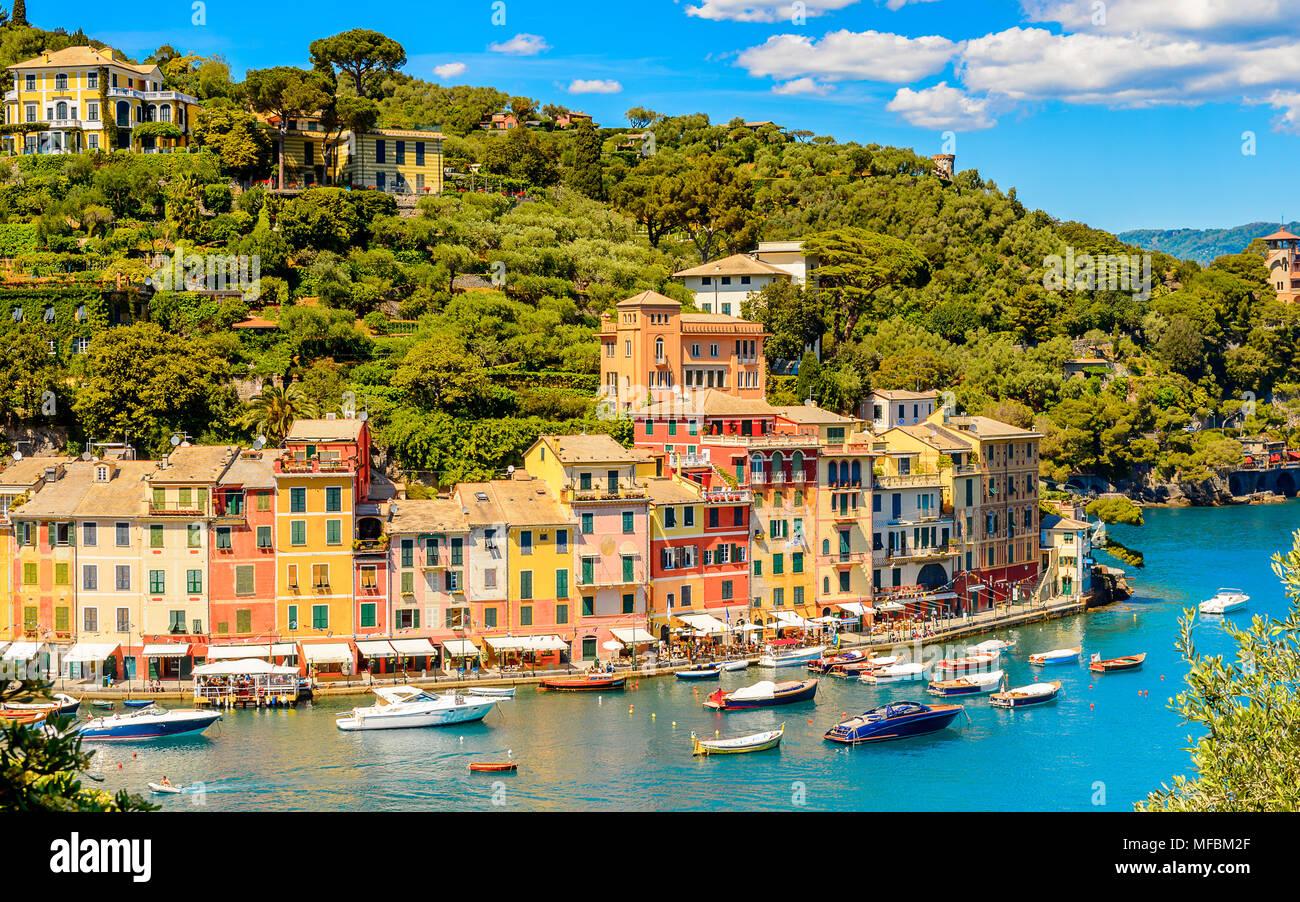 Panoramiv Ansicht von Portofino, ist ein Italienisches Fischerdorf, Provinz Genua, Italien. Ferien Resort mit einem malerischen Hafen und mit Prominenten und Stockbild