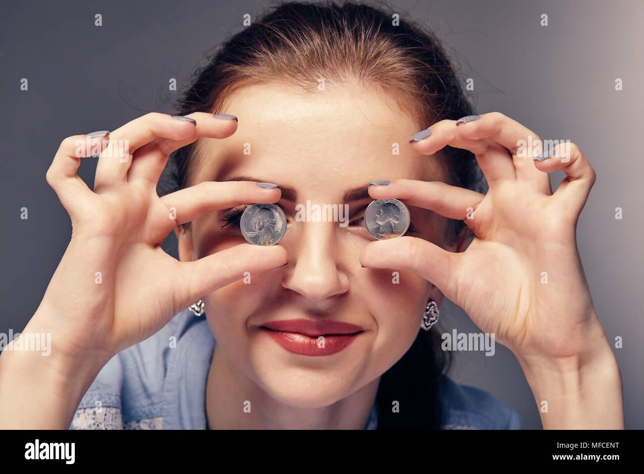 Lächelnde Mädchen Mit Roten Lippenstift Hält Goldenen Münzen In Die