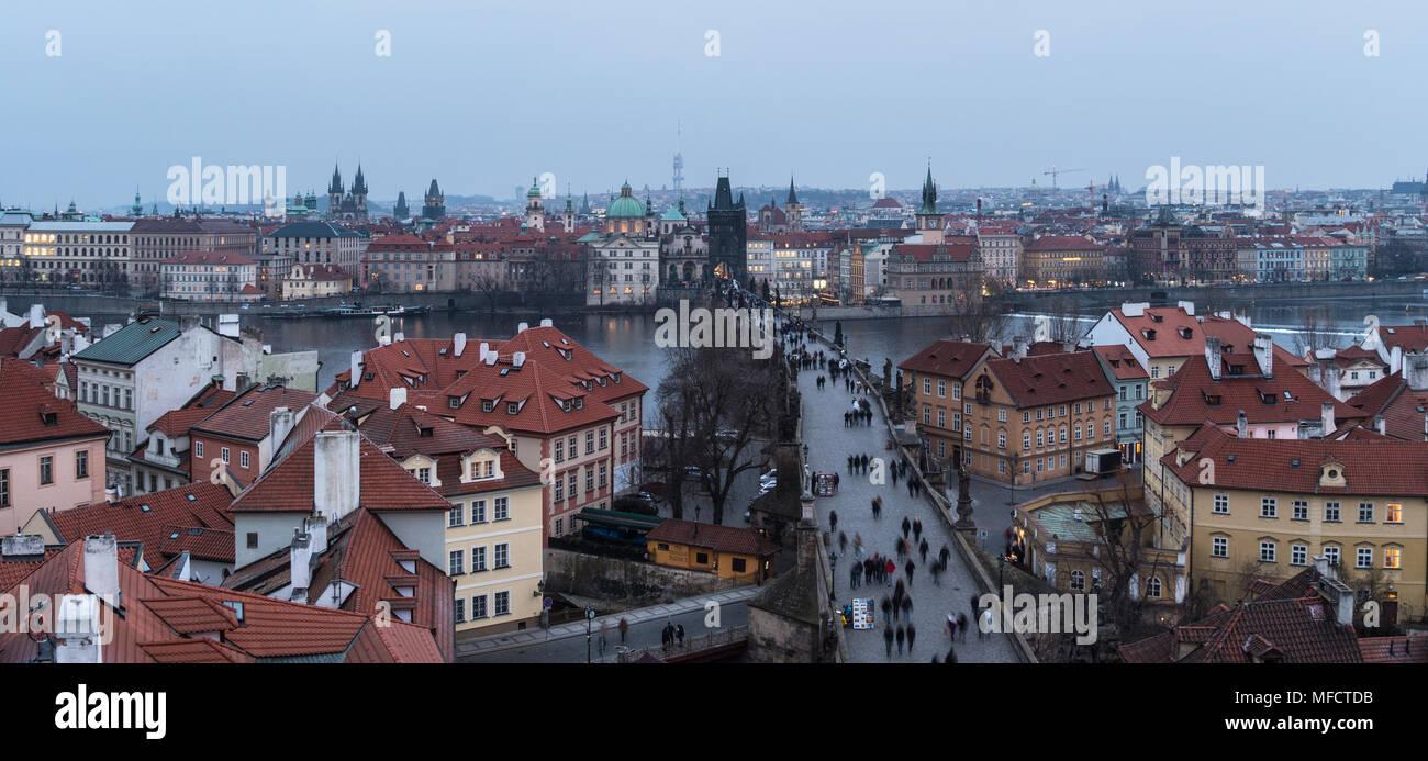 Hohen winkel Panorama der berühmten Karlsbrücke und dem Altstädter Turm und Kirchen in Prag, Tschechische Republik Hauptstadt bei Einbruch Stockbild