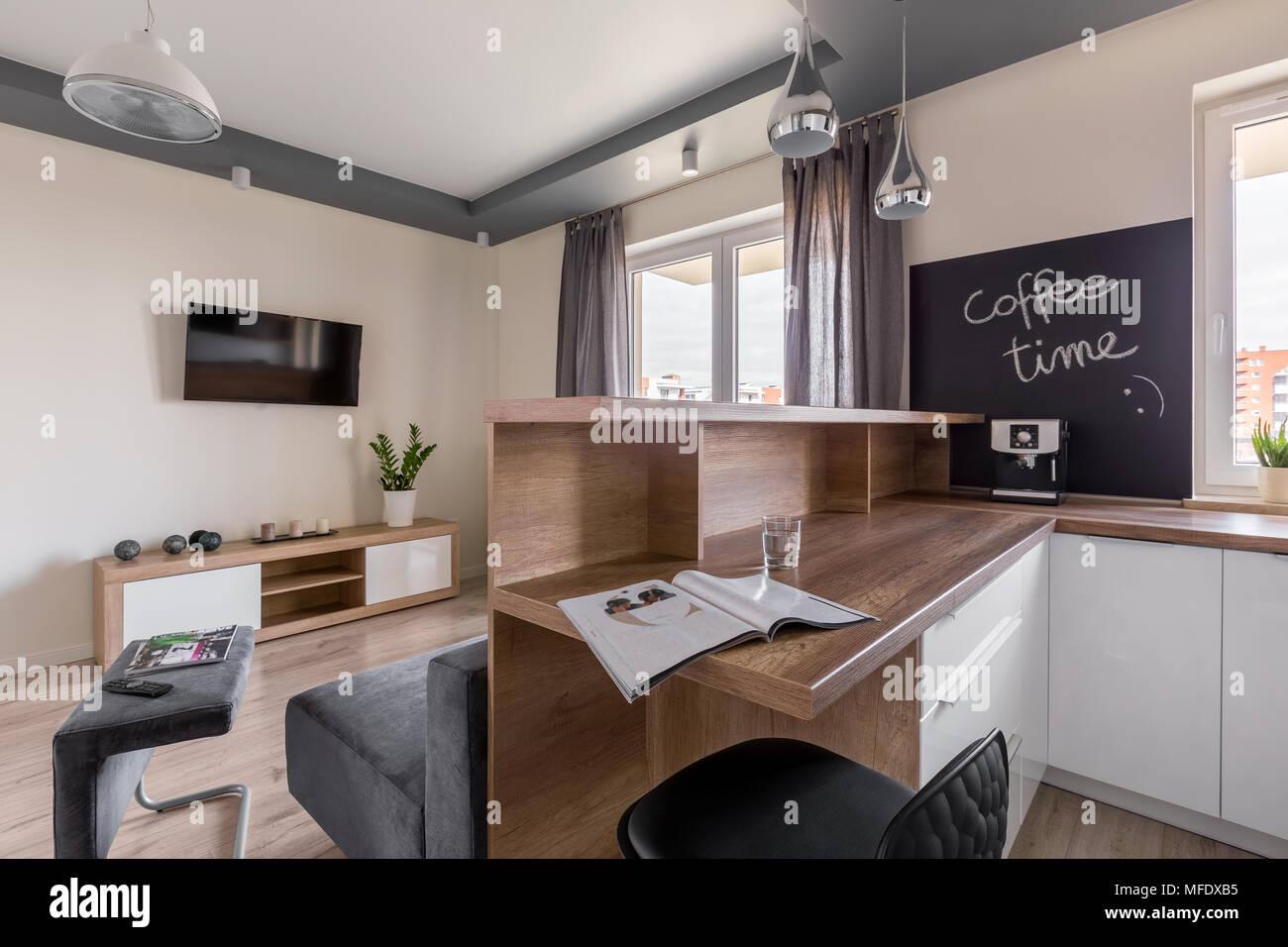 Modernes Apartment Mit Kuche Offen Zum Wohnzimmer Stockfoto Bild