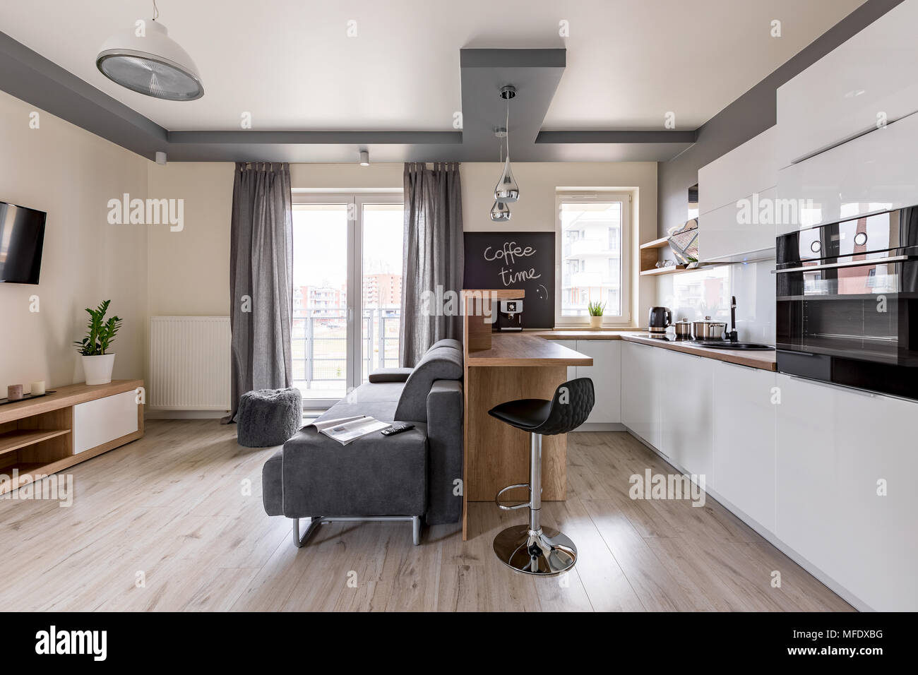 Moderne Wohnung Mit Offener Kuche Und Gemutliche Wohnzimmer Stockfotografie Alamy