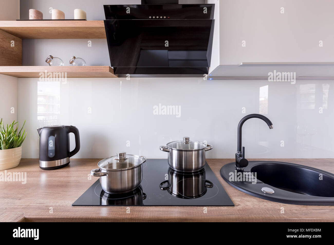 Moderne Küche mit Abzugshaube, neues Design schwarz Waschbecken und ...