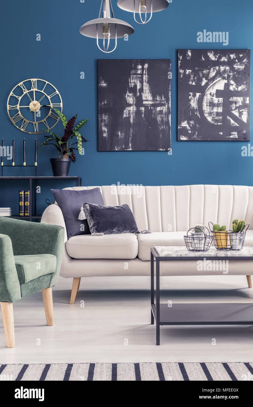Gold Und Schwarz Gemalde Auf Blauen Wand Im Wohnzimmer Einrichtung