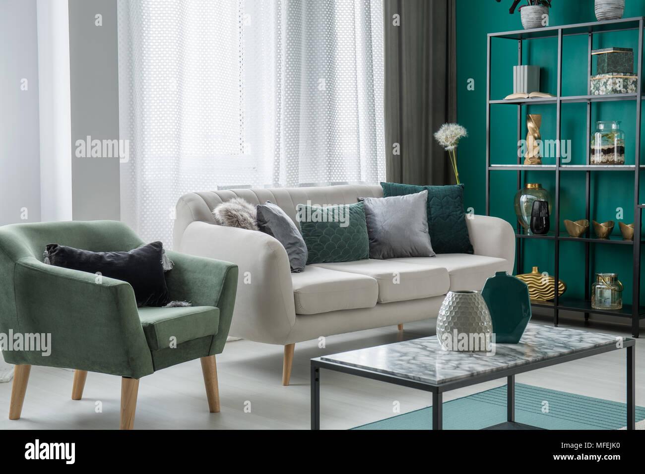 Grun Und Silber Dekorative Kissen Auf Einem Hellgrauen Couch Im