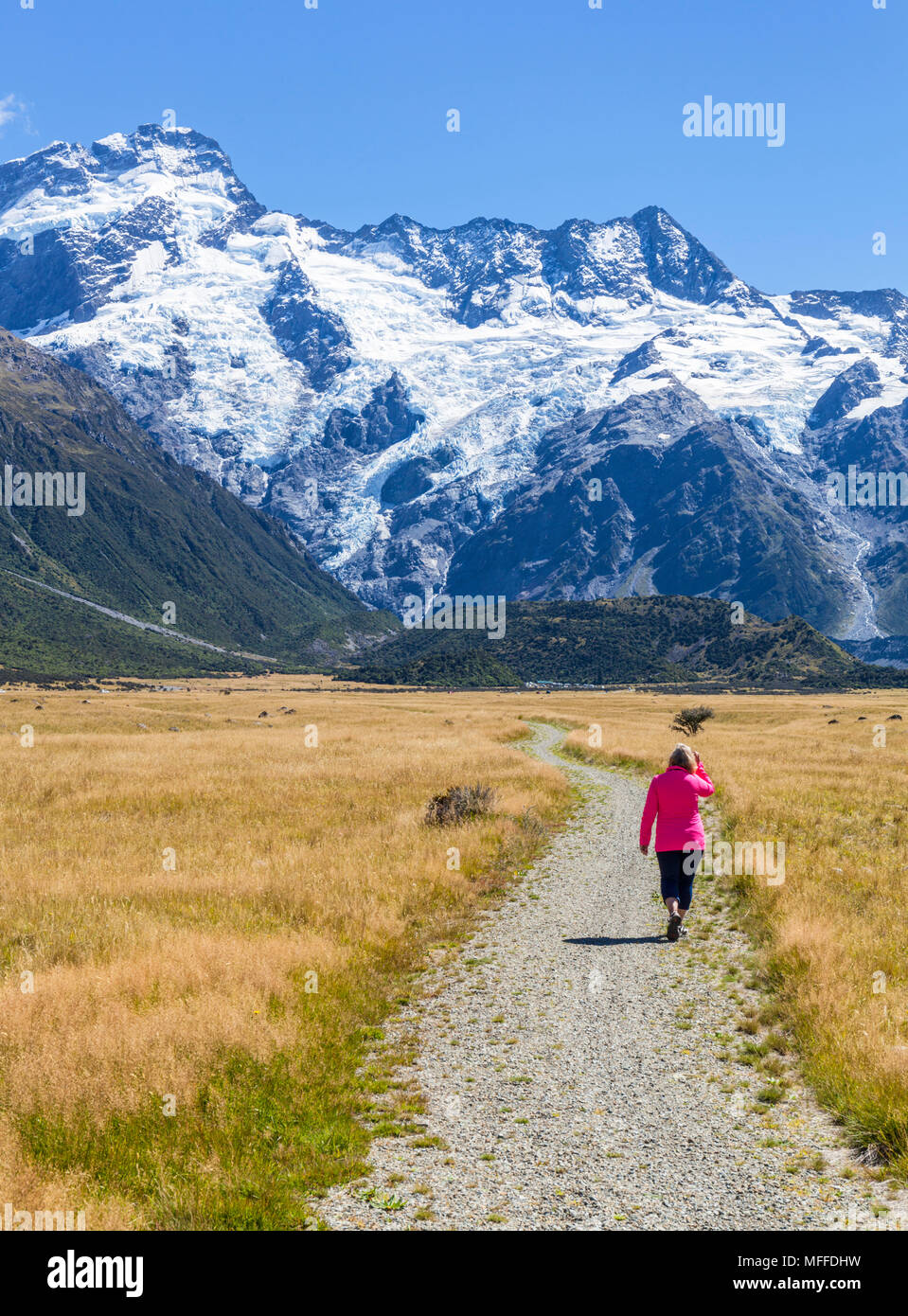 Neuseeland Südinsel Neuseeland Frau Tourist (Model Released) Wandern auf der Promenade von Cook Nationalpark South Island, Neuseeland Mount Stockbild