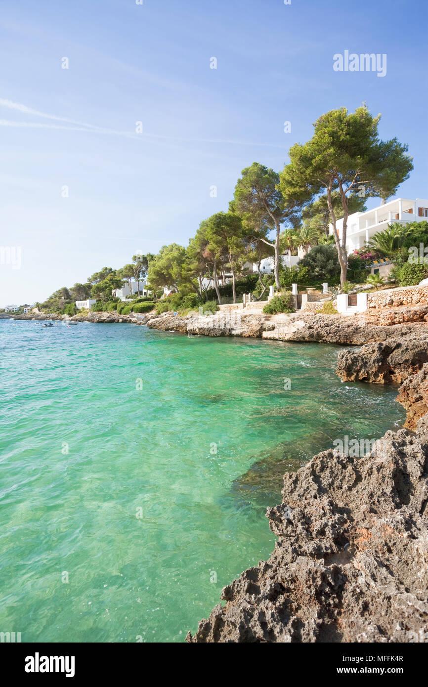Cala d'Or, Mallorca, Spanien - Genießen Sie das türkisblaue Wasser am Strand von Cala d'Or Stockfoto