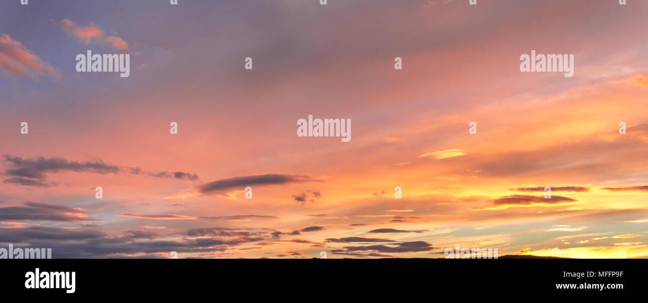 Grau, Blau und Orange Wolken bei Sonnenuntergang Stockbild