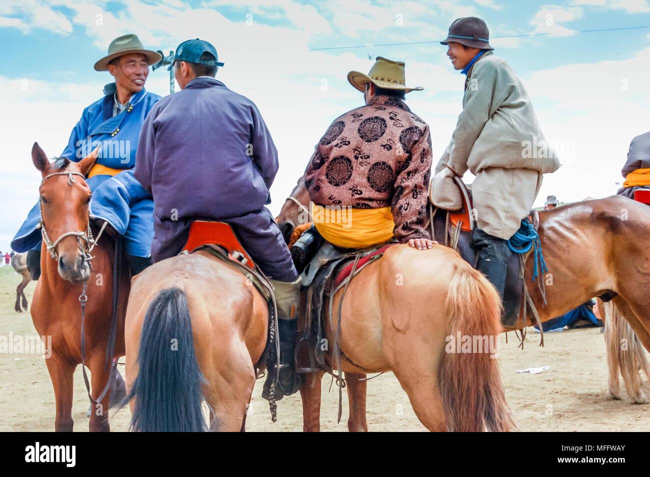 Khui Doloon Khudag, Mongolei - Juli 12, 2010: Reiter in der traditionellen Tracht an nadaam Pferderennen auf Steppe außerhalb der Hauptstadt Ulaanbaatar Stockfoto