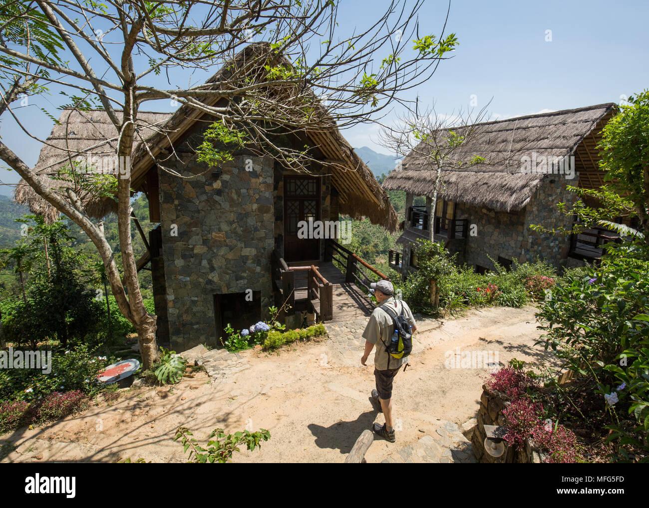 Touristische Fuß in Richtung seiner Hütte in der 98 Hektar großen Resort & Spa, Ella, Badulla District, Provinz Uva, Sri Lanka, Asien. Stockbild