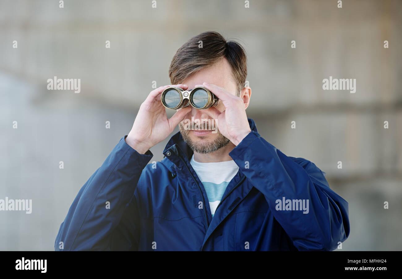 Mann detective Uhren Ferngläser auf einer Straße der Stadt in der Tageszeit Stockbild