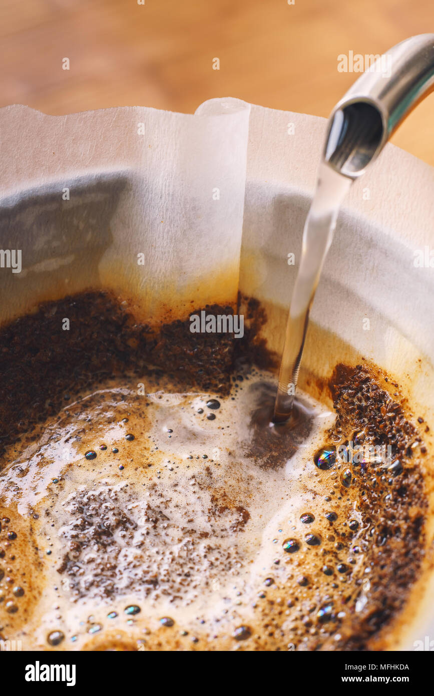 Tropfen gefilterter Kaffee brühen Stockbild