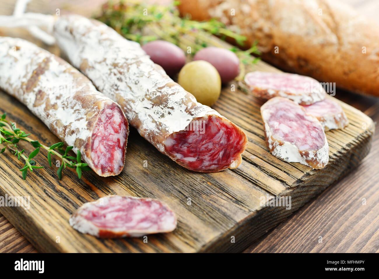 spanisch schimmel salami auf schneidebrett mit oliven und brot ber holz hintergrund stockfoto. Black Bedroom Furniture Sets. Home Design Ideas