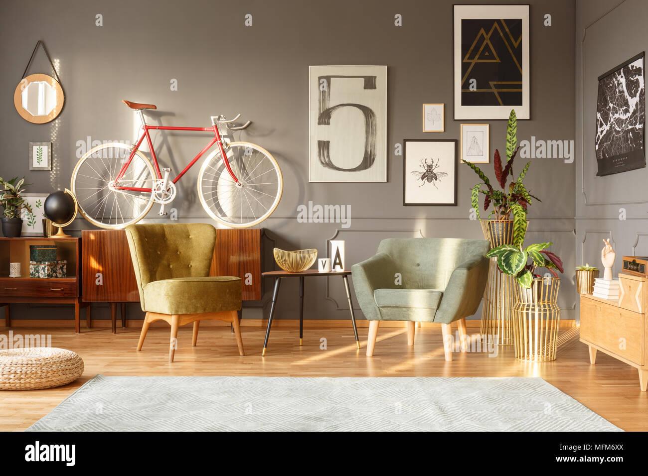 Schwarz Tisch Zwischen Grünen Sesseln Im Retro Look Wohnzimmer