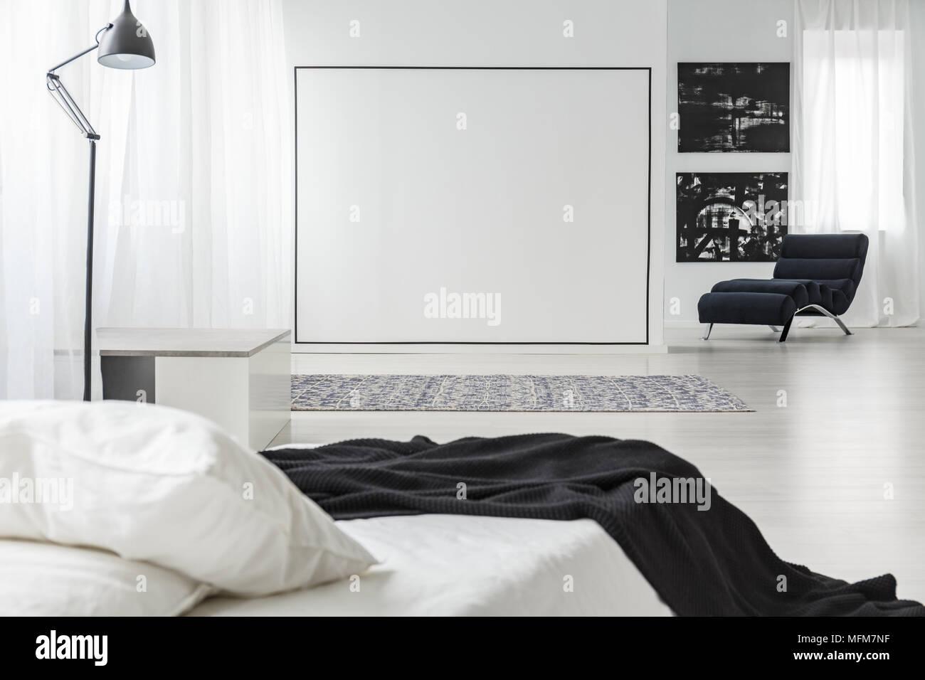 Schwarzes Quadrat Dekoration Auf Einer Weißen Wand In Minimalistischen  Schlafzimmer Innenraum Mit Lampe, Gemälde Und Bed