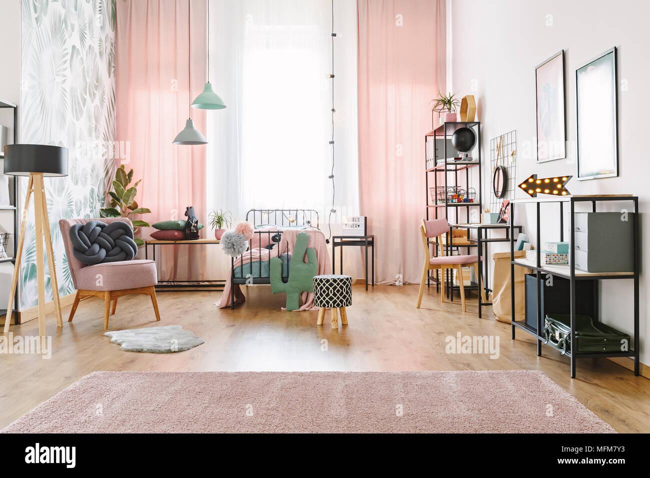 Geraumige Rosa Und Weiss Schlafzimmer Innenraum Fur Ein Junges