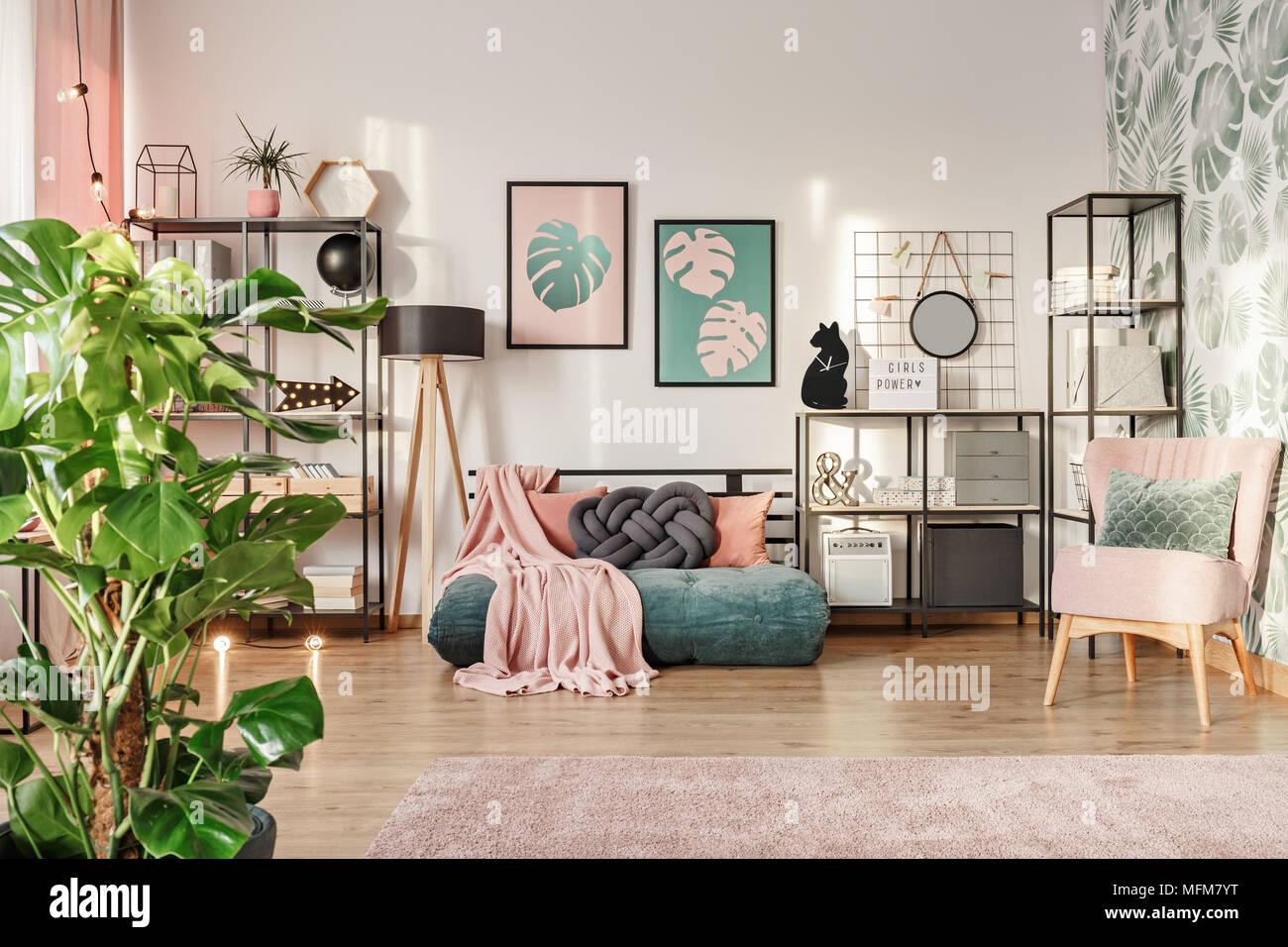 Knoten Kissen auf ein Designer, smaragdgrünen Matratze Sofa im ...